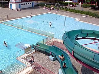 Schwimmer- und Nichtschwimmerbereich mit Wasserrutsche. © Berliner Bäder-Betriebe